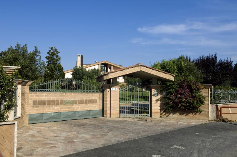 Bellissima villa con parco privato e piscina mf casa - Ingresso esterno di casa ...