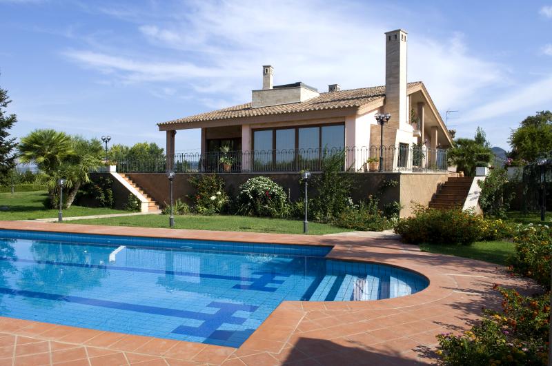 Bellissima villa con parco privato e piscina mf casa for Villas en calpe con piscina